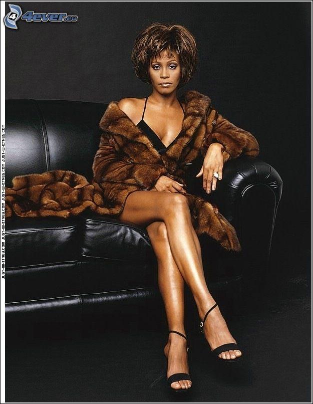 Whitney Houston, morena en el sofá