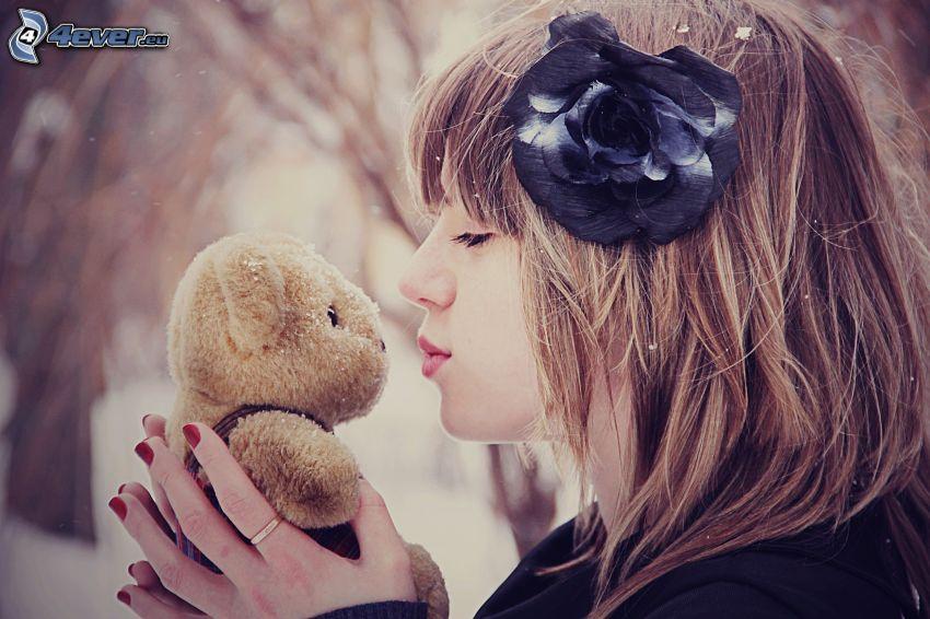 niña con un oso peluche