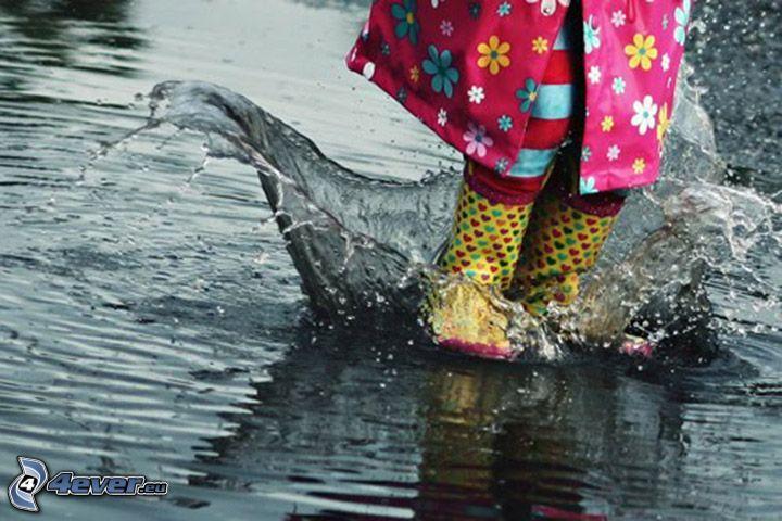 charco, niño, salto, botas de lluvia