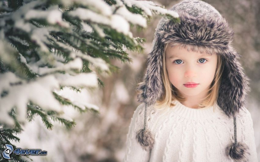 chica, gorro, ramas de hoja perenne, nieve