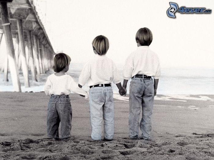 chicos, arena, puente, Foto en blanco y negro