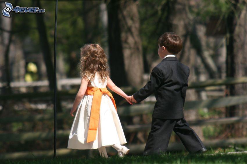 jóvenes en una boda, niña y niño, parque