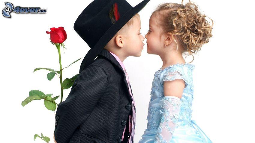 jóvenes en una boda, niños, beso suave, pareja, rosa