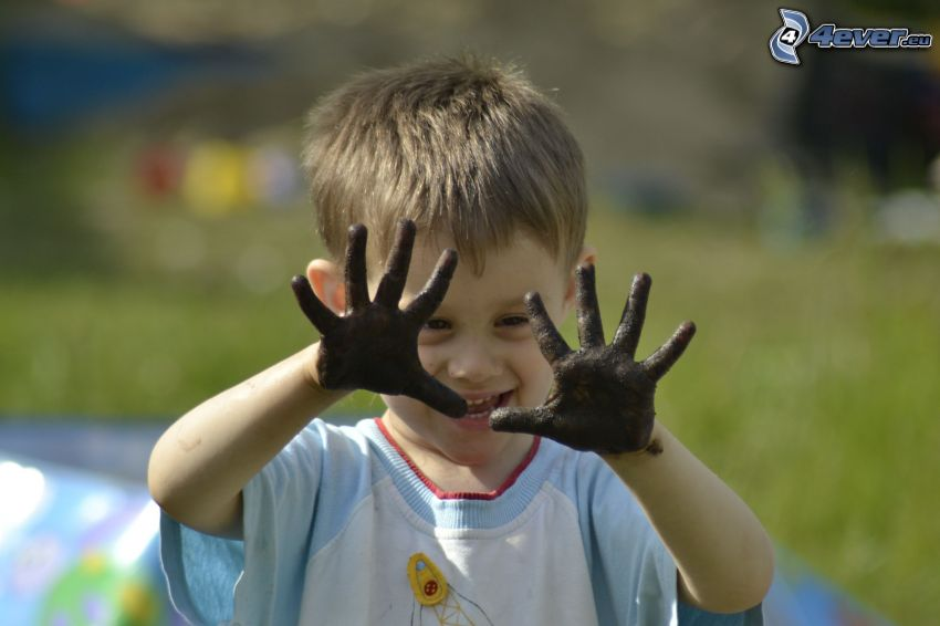 niño, manos, barro