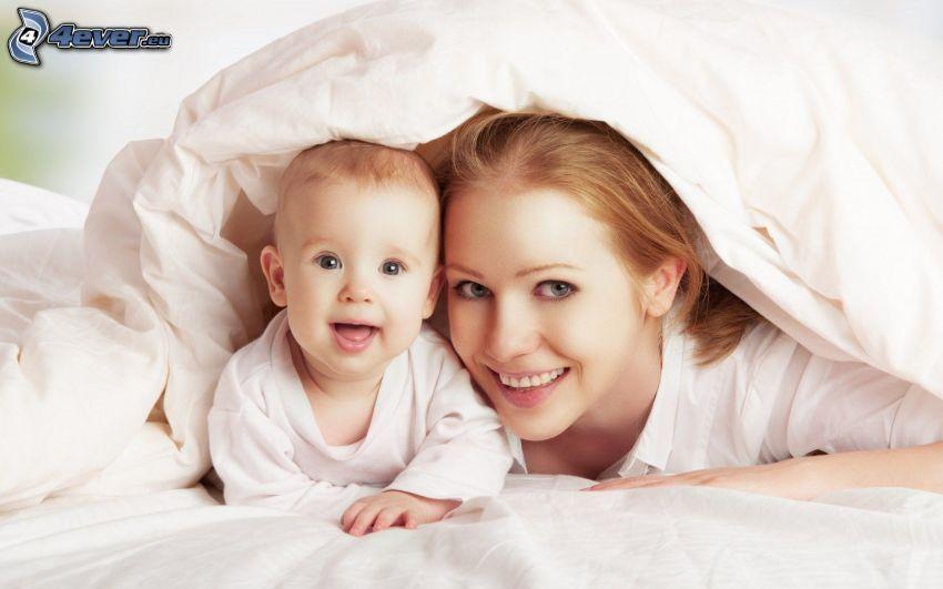 niño con la madre, colchón de plumas