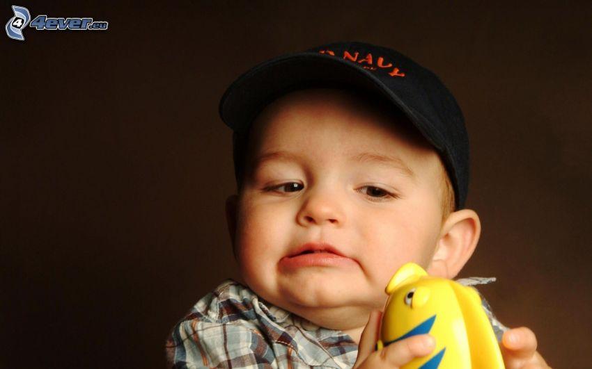 niño pequeño, pez, juguete, gorro