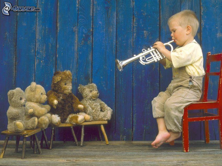 niño pequeño, trompeta, ositos de peluche
