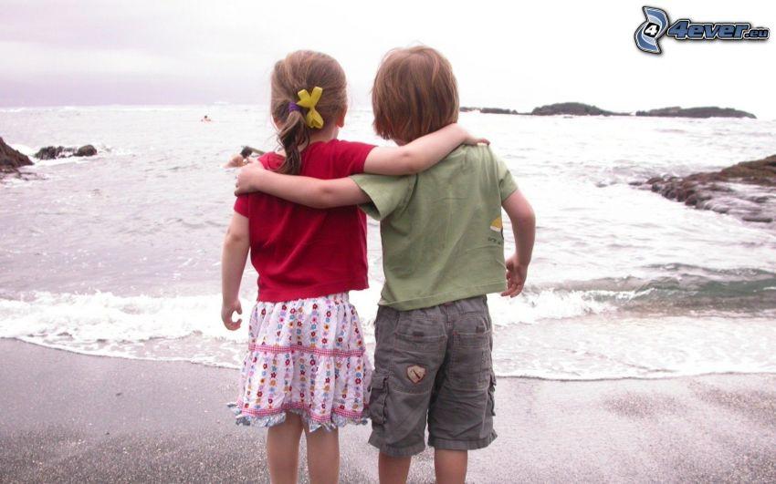 niño y niña, amistad, mar