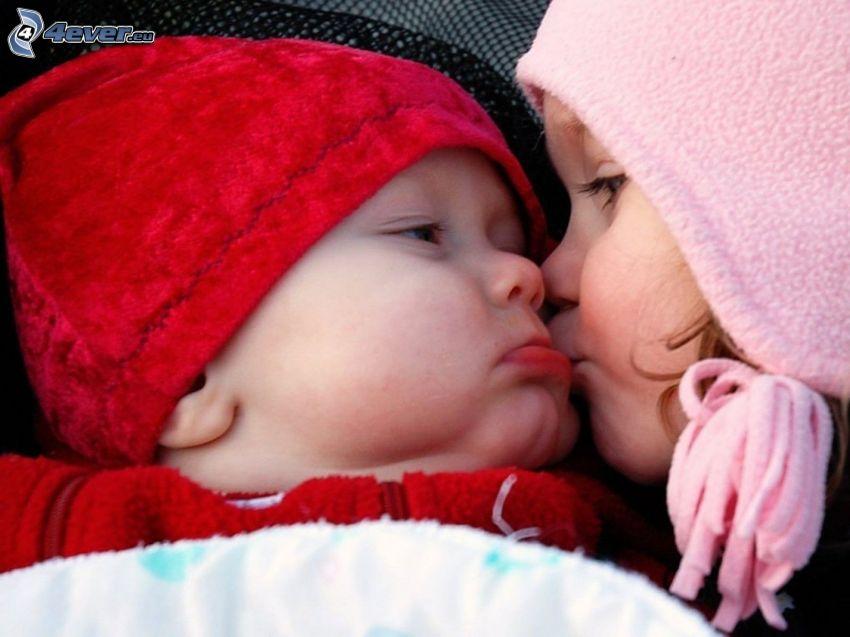 niño y niña, beso