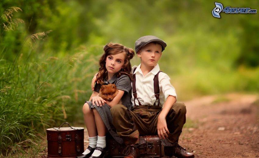 niño y niña, perrito marrón