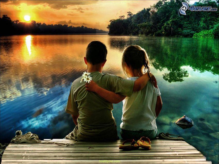 niños, abrazar, lago, puesta del sol