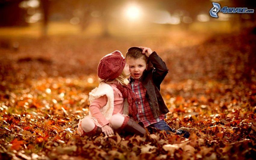 niños, beso, hojas de otoño