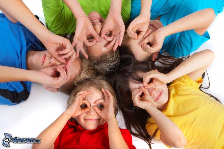 niños, manos, camisas de color
