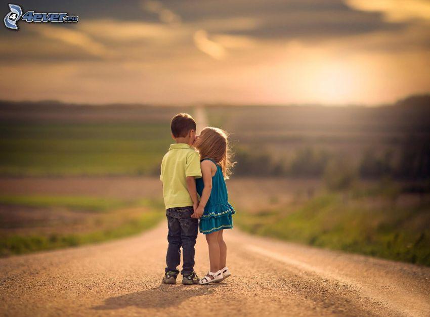 niños, pareja, beso, camino, puesta del sol