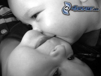 niños besándose, bebé, beso