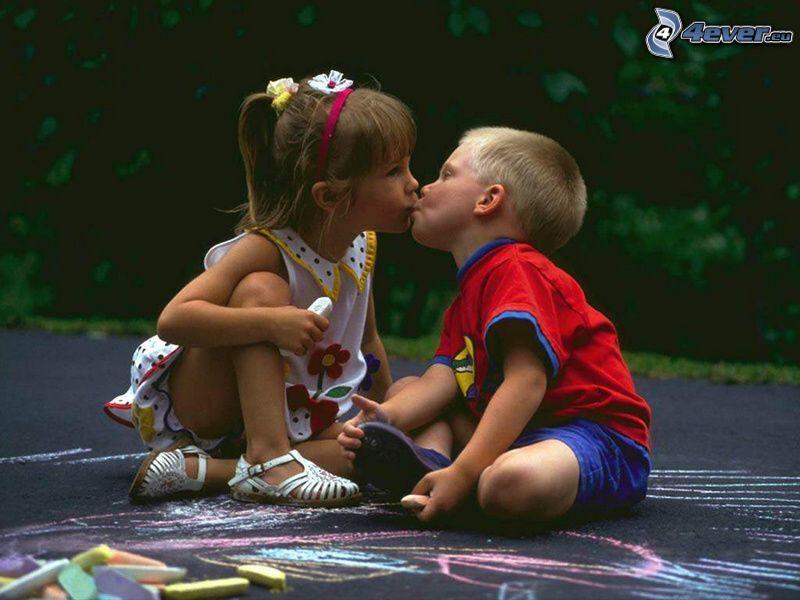 niños besándose, niña y niño, patio de recreo, tiza