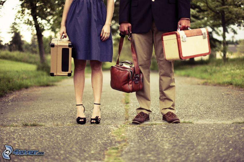 pareja, camino, maletas