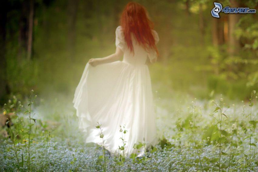 pelirroja, vestido blanco, bosque