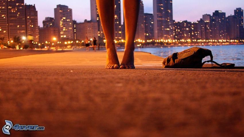 pies, rascacielos, mar