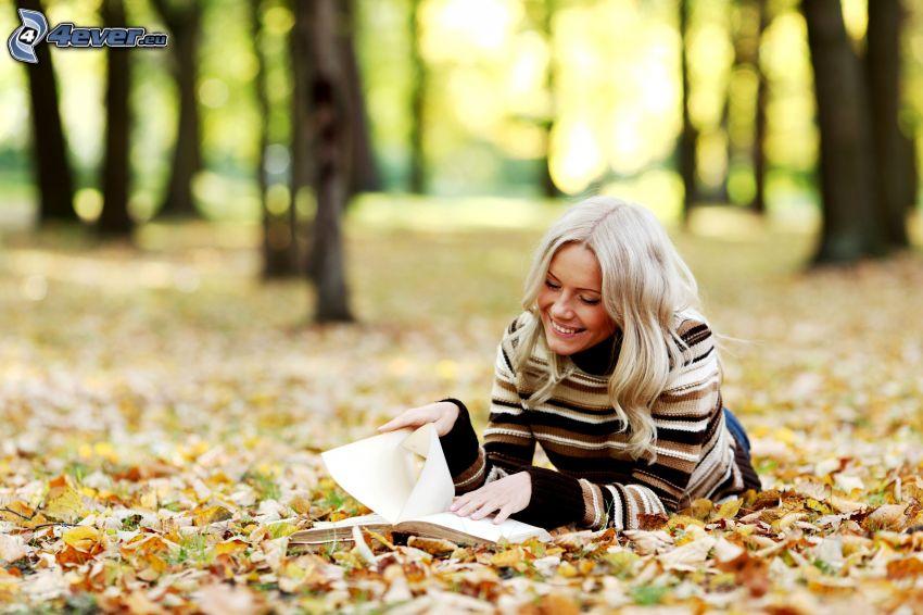 rubia, libro, hojas caídas