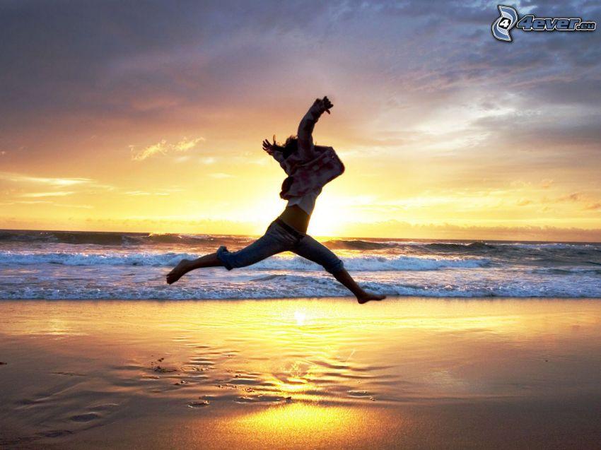 salto, puesta de sol en el mar, playa de arena