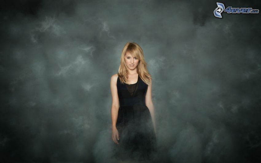 Sarah Hart, rubia, vestido negro, humo
