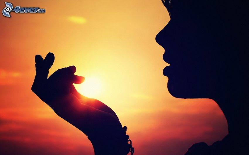 silueta de mujer al atardecer, cara, sol