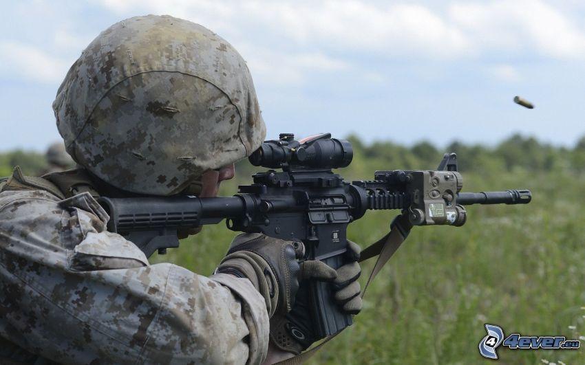 soldado con una pistola, cargo