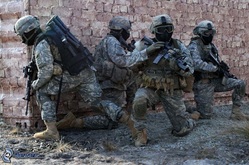 soldados, pared de ladrillo