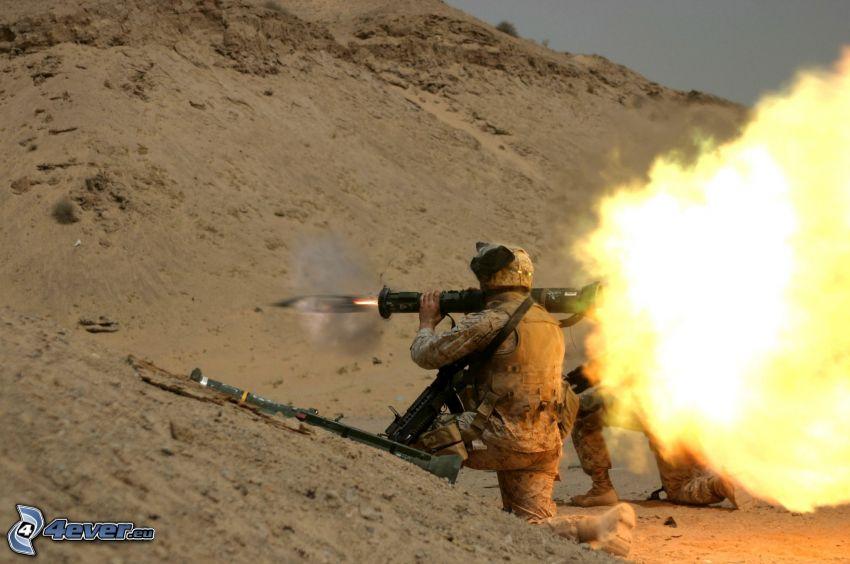soldado con una pistola, disparo