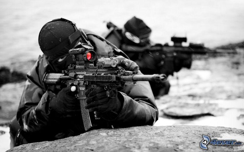 soldado con una pistola, sniper
