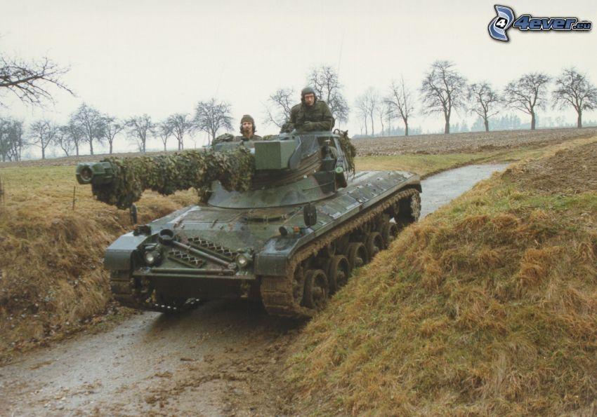 tanque, soldados, campo, barro, líneas de árboles