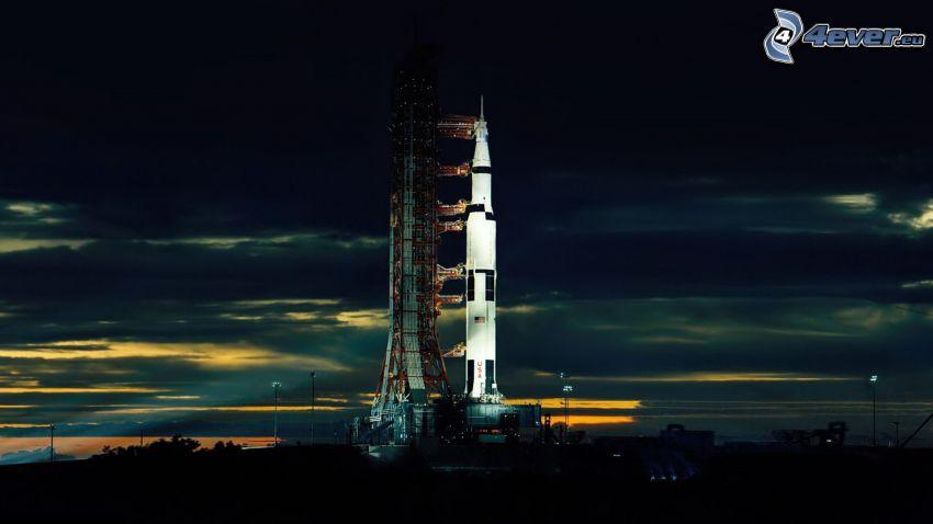 Saturn V, rampa de lanzamiento, noche