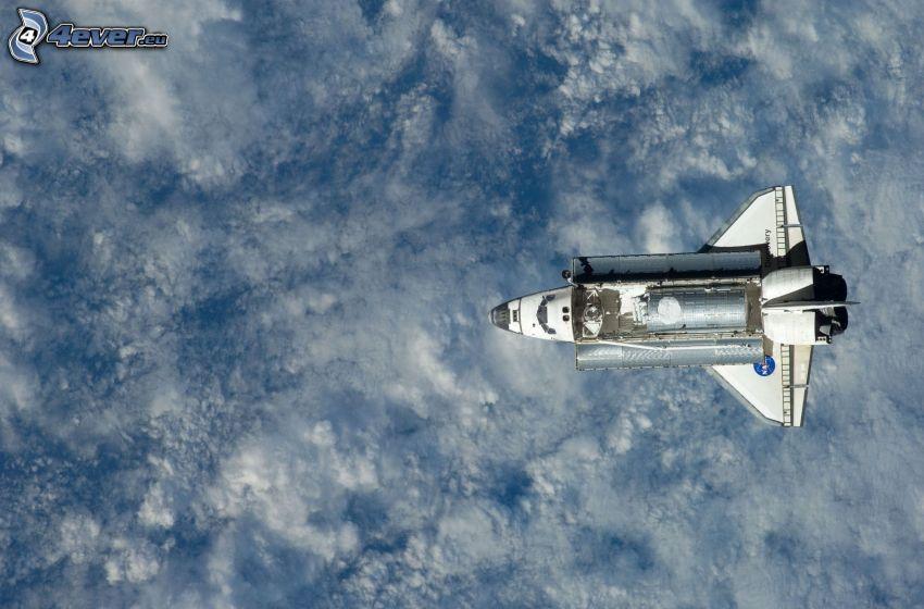 transbordador espacial Discovery, encima de las nubes