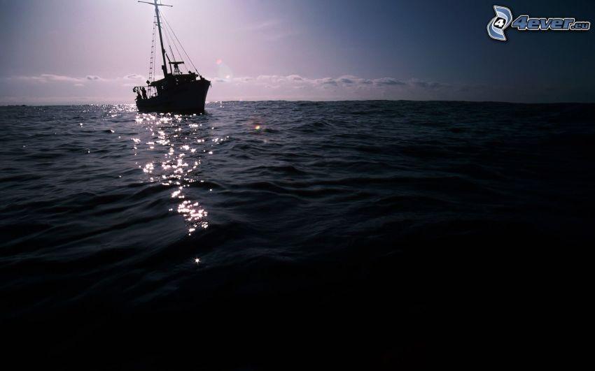barco en el mar