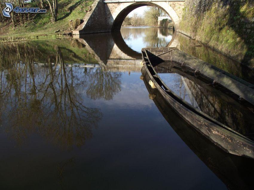 barco en el río, puente de piedra