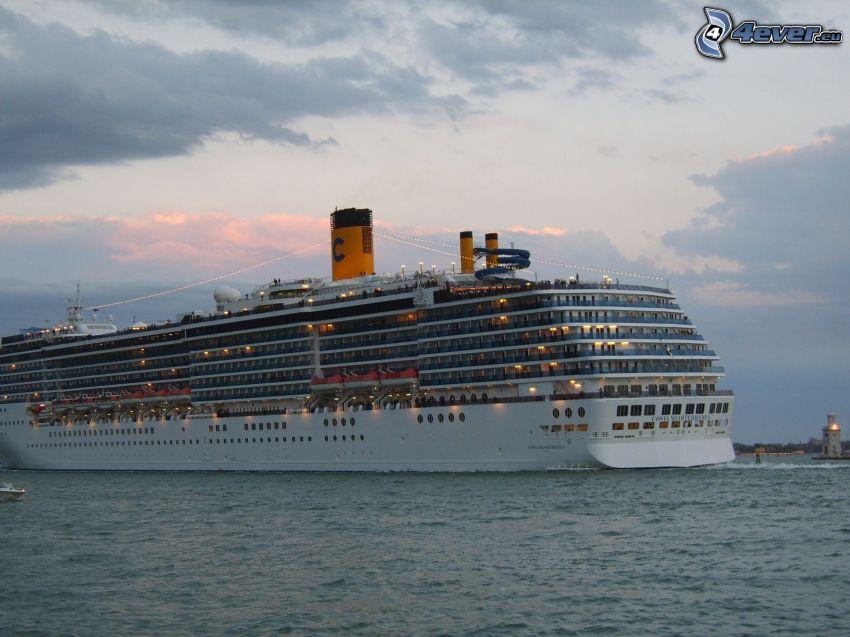 Barco lujoso, mar, cielo