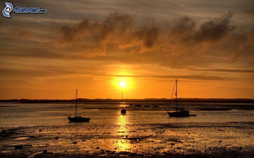 barcos en el lago, puesta de sol sobre el lago
