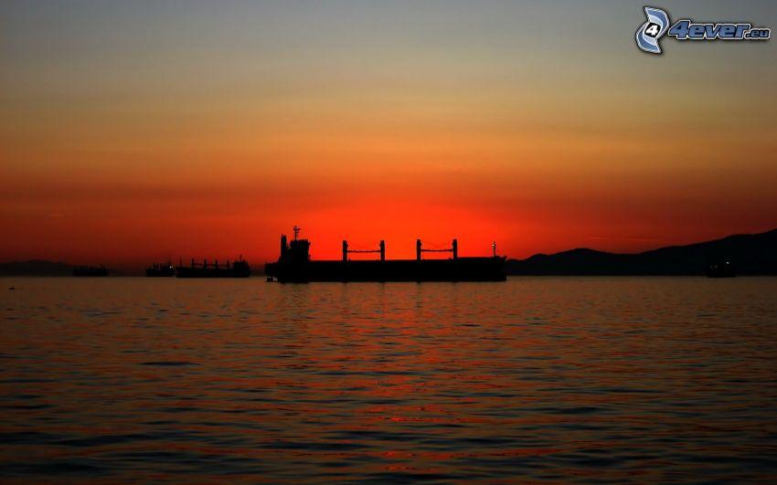 cargador, después de la puesta del sol, mar
