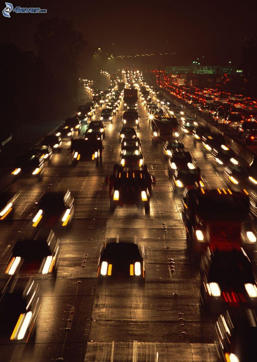carretera en noche, congestión vehicular