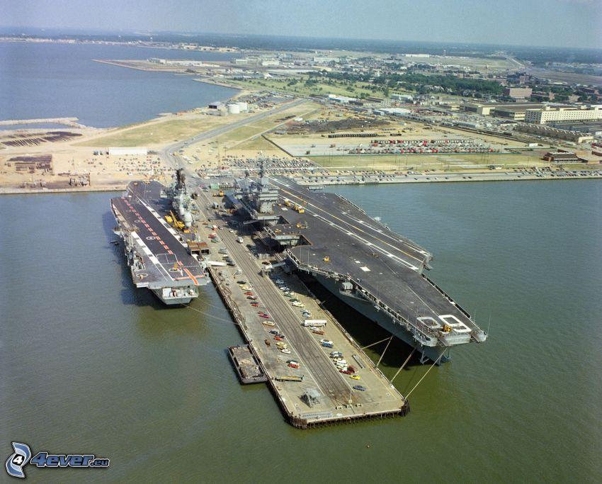 USS Nimitz, portaaviones, puerto