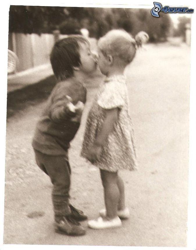 Baiser d enfants - Photo noir et blanc enfant ...