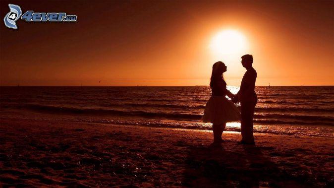 couple près de la mer, couchage de soleil sur la mer, ouvert mer