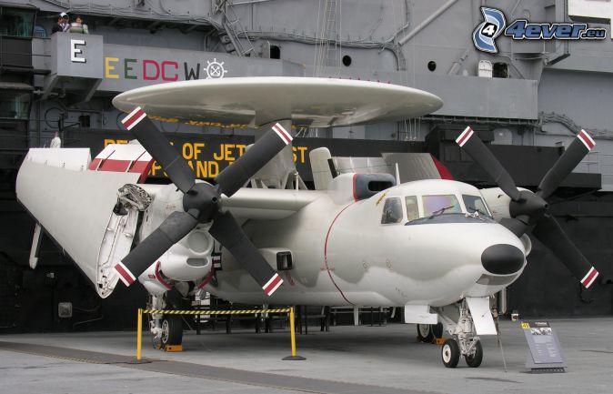 Grumman E-2 Hawkeye, hangar