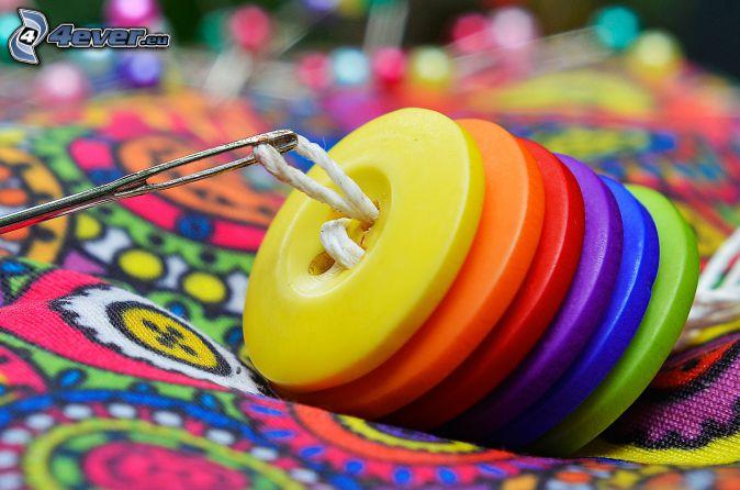 Boutons, couleurs, aiguille et fil