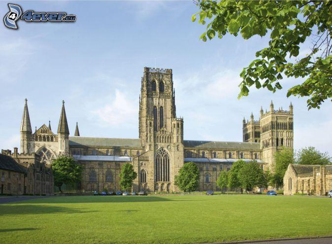 La cathédrale de Durham, pelouse, arbres verts