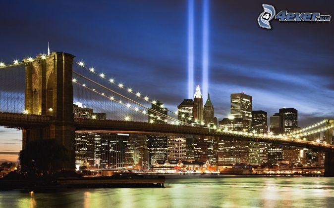 Brooklyn Bridge, pont illuminé, WTC memorial, soirée