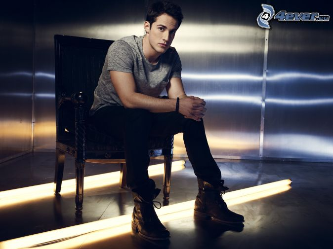 Michael Trevino, chaise
