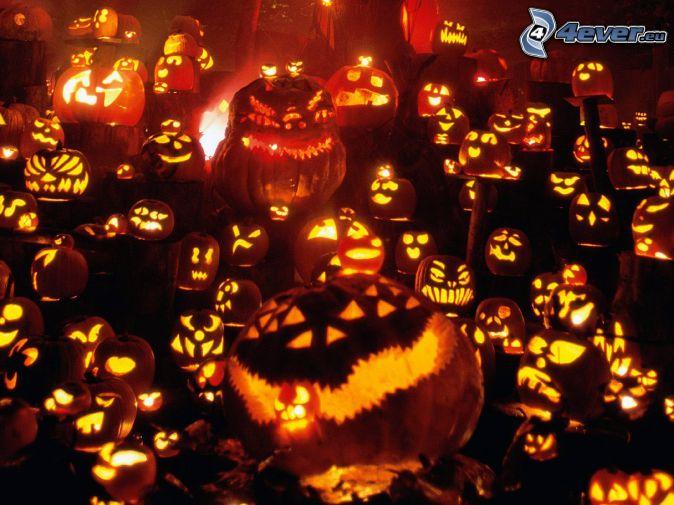 Citrouilles d'Halloween, bougies, obscurité