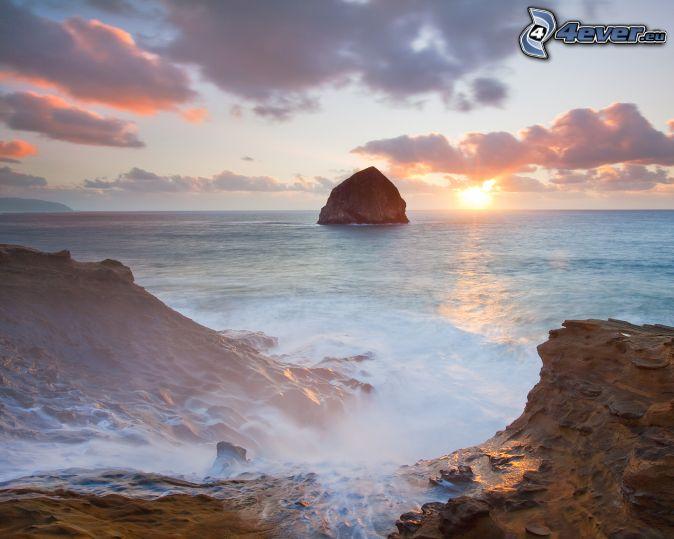 roches dans la mer, couchage de soleil à la mer